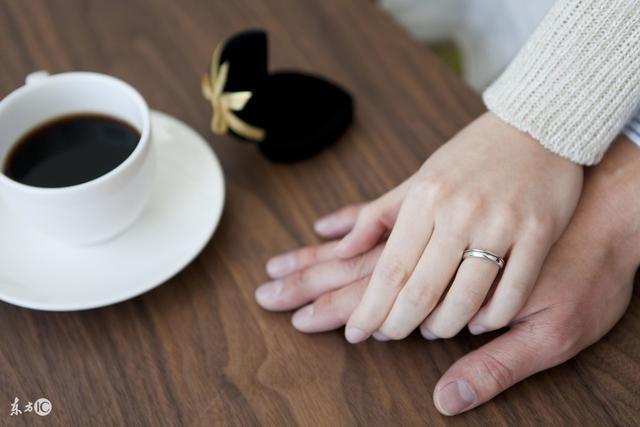 她決定忍下丈夫出軌的事情,因為她還有女兒和母親要照顧